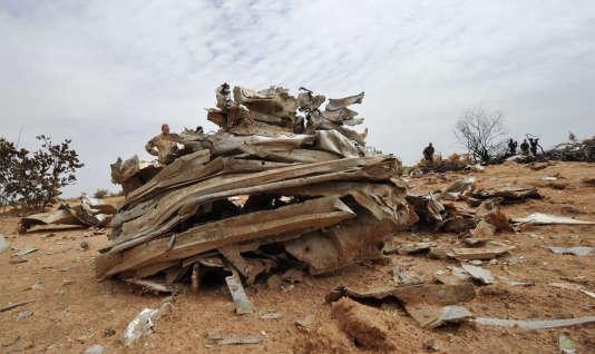 Le 24 juillet 2014, peu après le décollage de l'appareil, le vol AH5017 Ouagadougou-Alger s'était écrasé dans le nord du Mali, avec 110 passagers à bord, dont 54 Français. Ici, des débris de l'avion, le 26 juillet 2014.