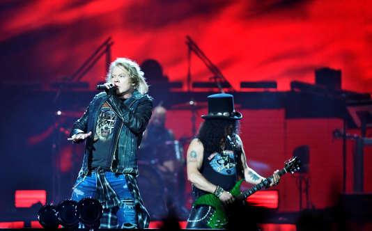 Le chanteur Axl Rose et le guitariste Slash du groupe Guns N' Roses, lors de leur concert àStockholm, le 29 juin.