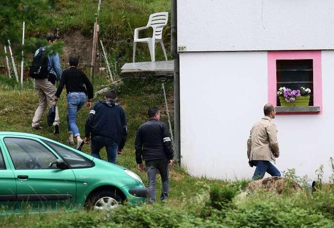 Les enquêteurs au domicile de Murielle Bolle, à Granges-sur-Vologne (Vosges), le 28 juin.