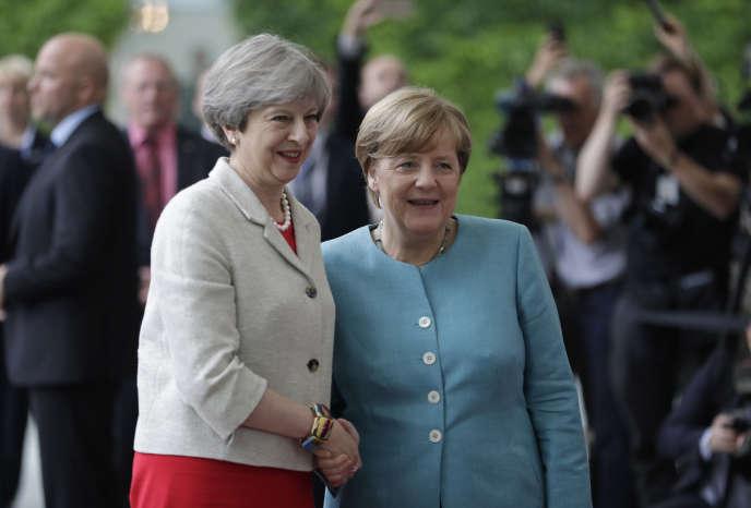 Face aux sujets de discorde avec Washington, la chancelière allemande réunit plusieurs dirigeants européens, dont le président français Emmanuel Macron et la première ministre britannique, Theresa May – ici le 29 juin.