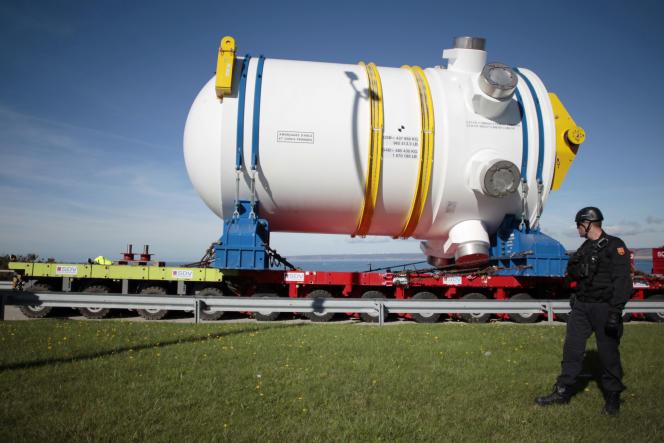 La cuve de l'EPR de Flamanville à son arrivée sur le chantier du réacteur, le 7 octobre 2013.