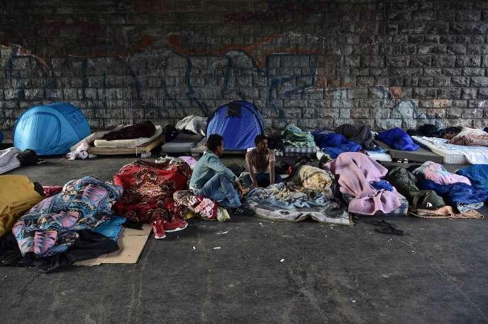 Des migrants porte de la Chapelle, jeudi 29 juin.
