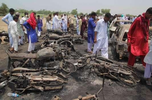 Plus de cent carcasses de véhicules carbonisés – voitures, minibus et motos – jonchaient l'autoroute dimanche 25 juin.