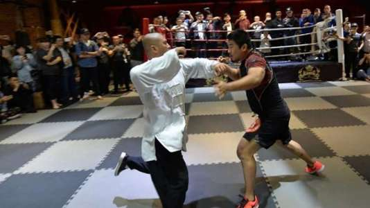 Début du court combat entre Wei Lei, à gauche, etXu Xiaodong.