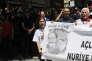 Des manifestants tiennent une banderole disant« Rendez leur postes à Nuriye et à Semih», en soutien aux deux enseignants en grève de la faim, à Ankara le 28 juin.