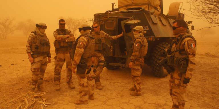Des soldats de l'opération «Barkhane» à Inat, au Mali, en mai 2016.