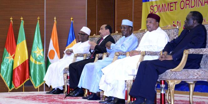 Les présidents des pays du G5 Sahel au Sommet de N'Djamena, en novembre 2015 : le Malien Ibrahim Boubacar Keïta, le Mauritanien Mohamed Ould Abdel Aziz, le Tchadien Idriss Déby, le Nigérien Mahamadou Issoufou et le Burkinabé Michel Katando.