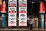 Des affiches de protestation contre la TVA unifiée (GST) dans le textile, à Calcutta, jeudi 29 juin.