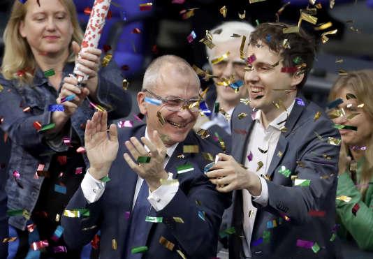 Des députés verts célèbrent la décision du parlement fédéral de légaliser lemariage homosexuel, à Berlin, le 30 juin.