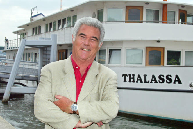 Georges Pernoud, ici en juin 2004 devant le bateau «Thalassa».