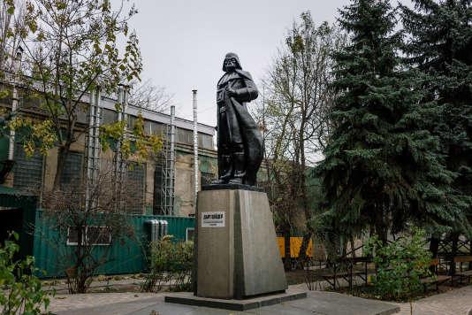 L'artiste Alexander Milov a transformé cette statue de Lénine pour lui donner les traits de Dark Vador.