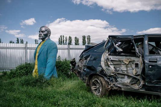 Le village de Korzhin a mis en vente cette statue au prix de 15 000 dollars pour financer des équipements collectifs.