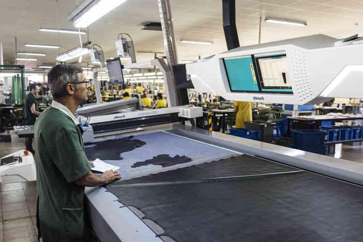 Si une grande partie des chaussures sont encore fabriquées manuellement, les outils de production se sont modernisés, notamment pour la découpe du cuir.