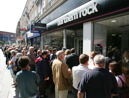 Ruée aux guichets de l'agence Northern Rock en septembre 2007, à Londres.