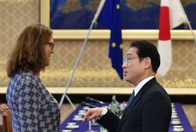 Cecilia Malmstrom, commissaire européenne au commerce, etFumio Kishida,ministre japonais des affaires étrangères, avant une réunion de négociation de l'accord de libre-échange Japon-UE, le 30 juin, à Tokyo.