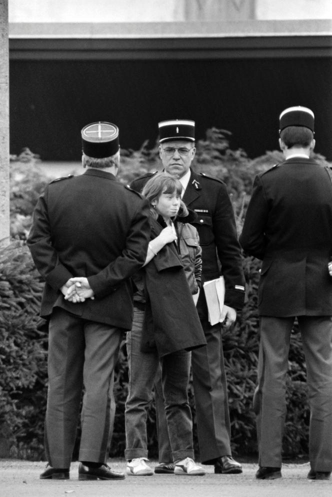 Murielle Bolle, entourée de gendarmes, le 5 novembre 1984, à Epinal (Vosges).