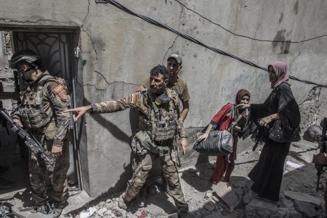 La progression du commando à pied passe à hauteur du socle du minaret Al-Hadba détruit par les membres de l'organisation Etat islamique. Des civils sortent de leurs maisons dans les décombres des bâtiments détruits par les bombardements pour se rendre vers les soldats des forces spéciales et atteindre la zone libérée de la présence de l'EI.