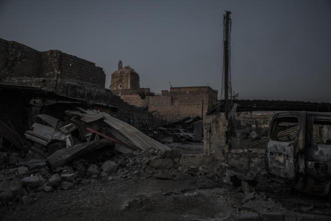 Le socle du minaret Al-Hadba à la tombée de la nuit, à Mossoul, le 29 juin.
