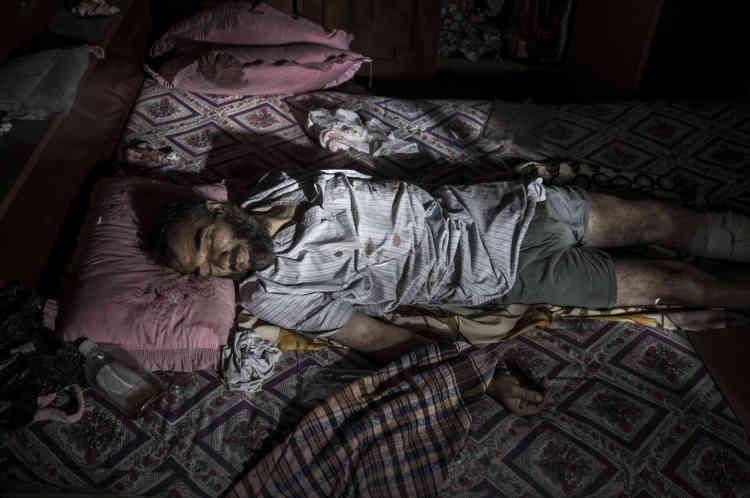 Un homme étendu sur un lit, tué par des tirs d'hélicoptère,est décrit par son voisin comme étant un membre de l'EI.