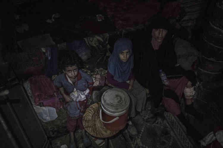 Une famille, dont deux enfants et une femme sont blessés, est découverte cachée dans les caves d'un bâtiment bordant l'espace de la mosquée Al-Nouri. Pendant toute l'avancée, des civils sont extraits des décombres.