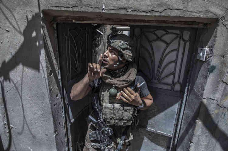 Des snipers ou des combattants de l'EI peuvent encore être à proximité et un soldat des forces spéciales demande aux civils de ne pas crier.
