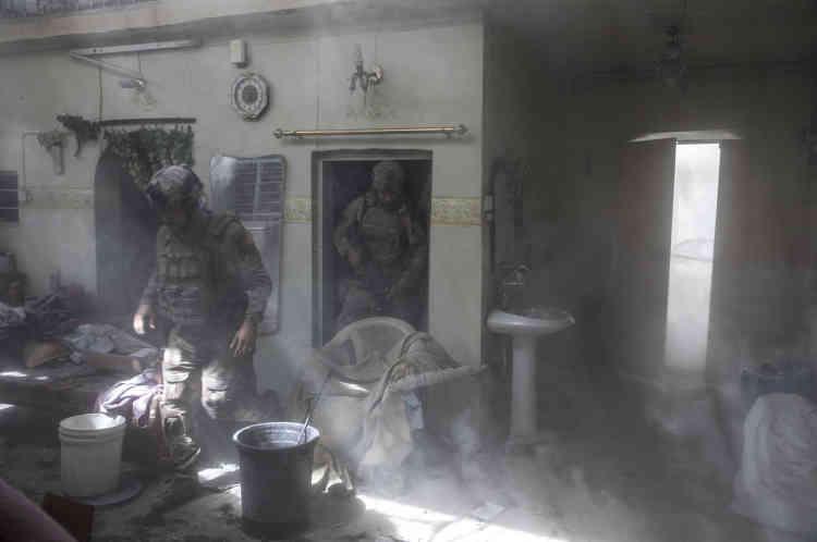 Scène de désolation dans les maisons traversées par les forces spéciales.