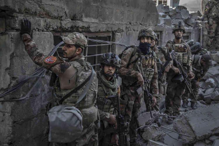 L'avance des soldtas des forces spéciales continue, avec toujours la crainte des snipers de l'EI.