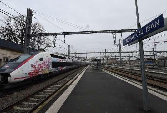 L'Océane, TGV reliant Paris à Bordeaux, arrive à la gare de Bordeaux Saint-Jean, le 11décembre 2016.