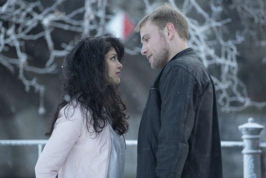 Tina Desai et Max Riemelt dans la saison 2 de Sense 8, sur Netflix.