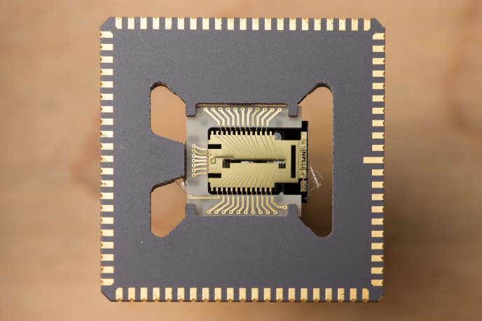 Puce permettant de piéger et de manipuler des atomes avec des lasers, développée par le National Physical Laboratory et l'université d'Oxford.