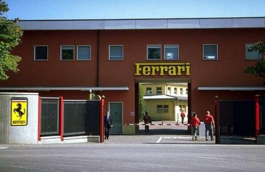La porte historique de l'usine ferrari à Maranello, en Italie, aujourd'hui entrée du musée.