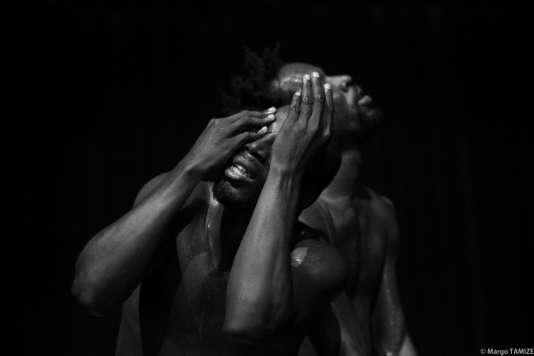 «Figninto, l'œil troué», chorégraphie de Seydou Boro et Salia Sanou, présentée à Avignon.