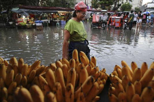 Lors d'une inondation à Manille, le 30 juin.