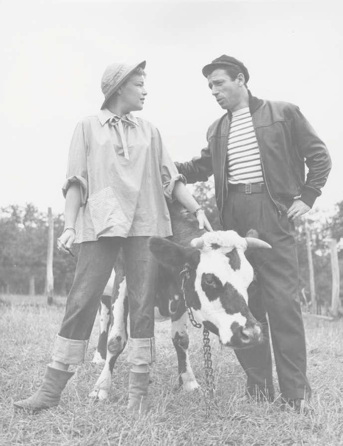 Simone Signoret et Yves Montand dans leur propriété d'Autheuil (Eure).