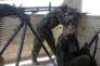 Des combattants kurdes des Unités de protection du peuple (YPG), lors de combats avec des militants de l'EI à Rakka, le 21 juin.