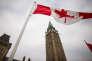 Devant la Tour de la Paix sur la colline du Parlement, à Ottawa.