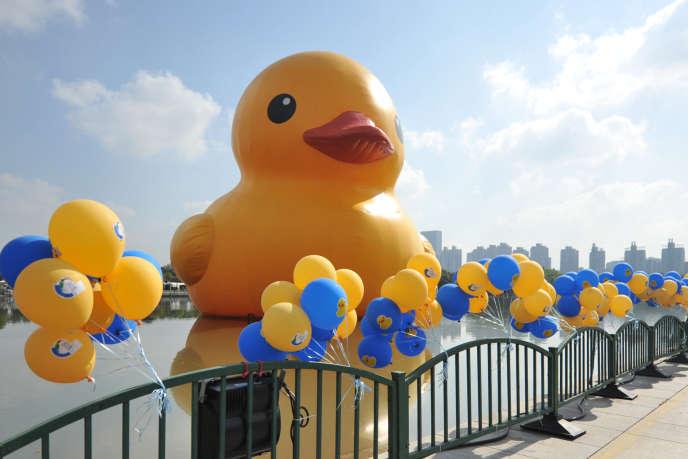 Ce canard géant de l'artiste hollandaisFlorentijn Hofman (ici à Shangai), qui doit arriver dans le port de Toronto le jour des célébrations, a déclenché la risée des Canadiens. L'artiste, quant à lui, dénonce une contrefaçon: le canard commandé pour le fête ne serait pas le sien.