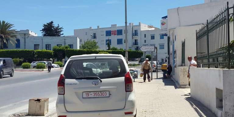 Une voiture garée sur le trottoir à La Marsa, près de Tunis, photographie publiée sur la page Facebook Winou Etrottoir, le 24 mai.