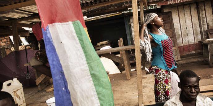 Des jeunes musulmans dans un marché vide, dans le quartier PK5 de Bangui, en 2015.
