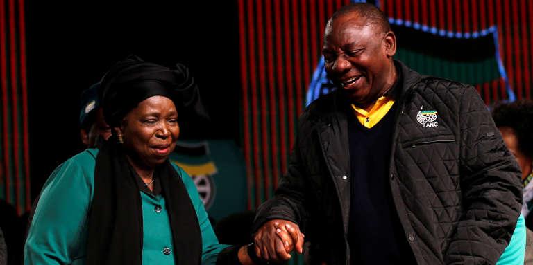 Les deux prétendants à la succession de Jacob Zuma à la tête de l'ANC : l'ancienne présidente de la commission de l'Union africaine, Nkosazana Dlamini-Zuma, et le vice-président d'Afrique du Sud, Cyril Ramaphosa, en juin 2017.