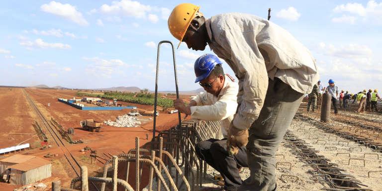 Un ingénieur chinois et un ouvrier kényan sur une portion de la ligne de chemin de fer reliant nairobi à Mombasa, en 2015.