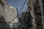 Un soldat passe à hauteur du socle du minaret Al-Hadba de Mossoul détruit par les membres de l'organisation Etat Iislamique, le 29 juin.