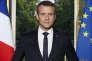 « Le sens de cette photo présidentielle est caractérisé, non pas par la position centrale d'Emmanuel Macron mais par « l'entre-deux » : le président se tient entre deux drapeaux et entre le dedans (son bureau) et le dehors (le jardin de l'Elysée). Ce sens est celui de l'indécision, de l'indétermination» (Photo: portrait officiel du président de la République).