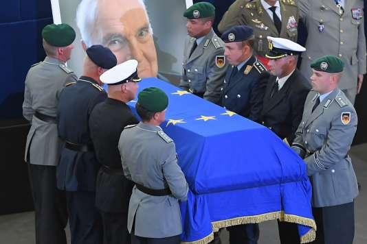 Cercueil de l'ancien chancelier Helmut Kohl escorté par des soldats allemands, à Strasbourg, le 1er juillet 2017.