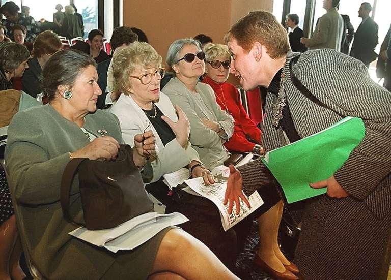 A Alger, en mars 2000, la députée Khalida Messaoudi (à droite) s'entretient avec les anciennes ministres Simone Veil et Yvette Roudy lors d'une réunion organisée par des féministes algériennes.