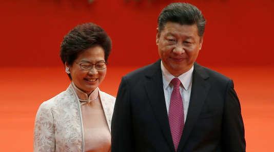 La nouvelle chef de l'exécutif hongkongais, Carrie Lam, a prêté serment dans le centre de conventions, juste avant de serrer la main de Xi Jinping, dont c'est la première visite à Hongkong depuis qu'il est devenu président en 2013.