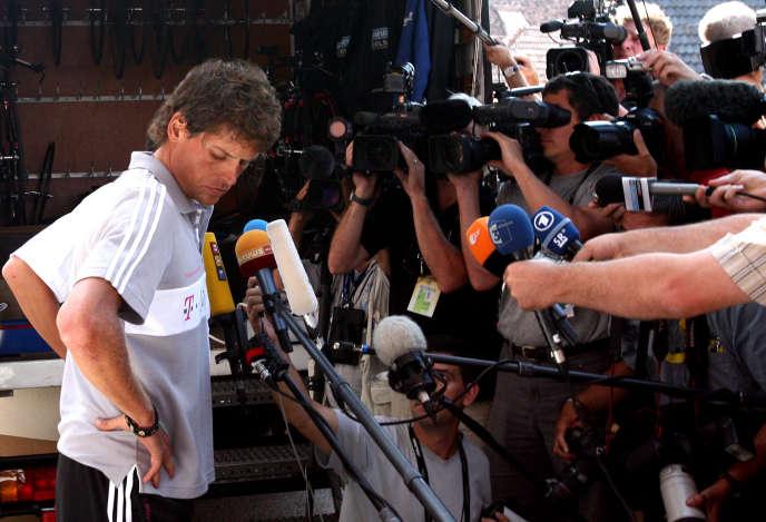 Jan Ullrichdonne une conférence de presse devant son hôtel à Blaesheim près de Strasbourg à la veille du début officiel de la 93e course cycliste du Tour de France le 30 juin 2006. Le 3 avril 2007, le procureur Friedrich Apostelles confirme que les paquets de sang trouvés dans les bureaux du docteur espagnol Eufemiano Fuentes sont ceux de Jan Ullrich.