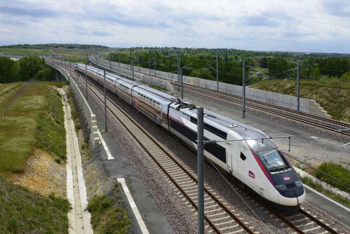 Passage du TGV L'Océane lors de la formation des conducteurs SNCF, au niveau des viaducs de l'Auxance sur la LGV Tours-Bordeaux, en mai 2017.