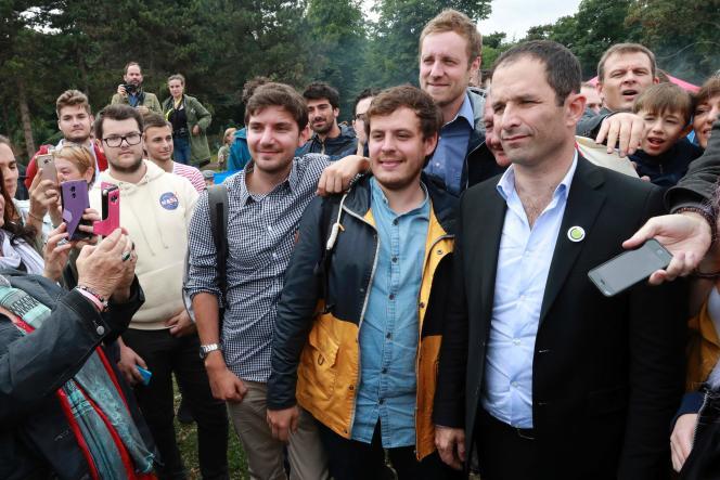 Benoît Hamon avec des militants à Paris, le 1er juillet.