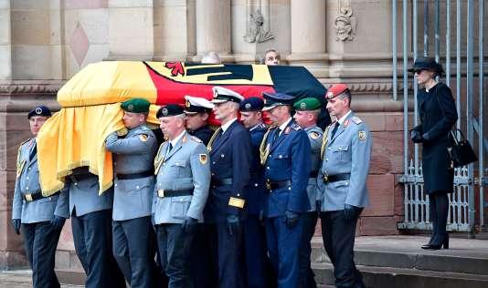 Le cercueil de l'ancien chancelier allemand, Helmut Kohl, le 1er juillet, à Spire.